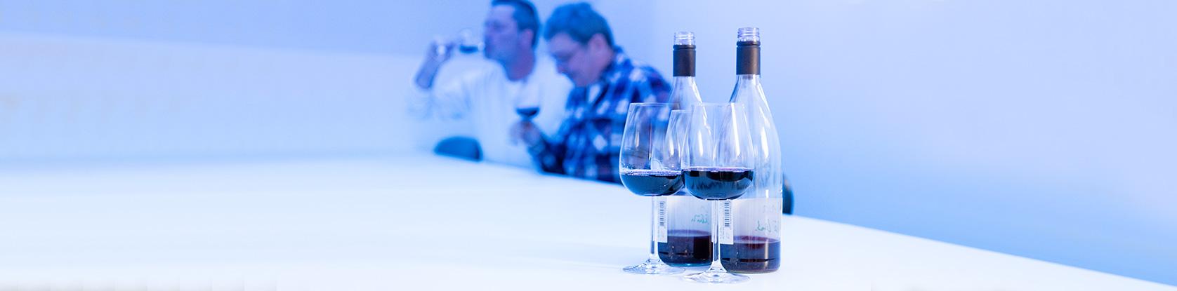 Weinlabor Klingler - Sensorikprüfung des Weines unter blauem Licht