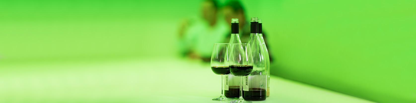 Weinlabor Klingler - Sensorikprüfung des Weines unter grünem Licht